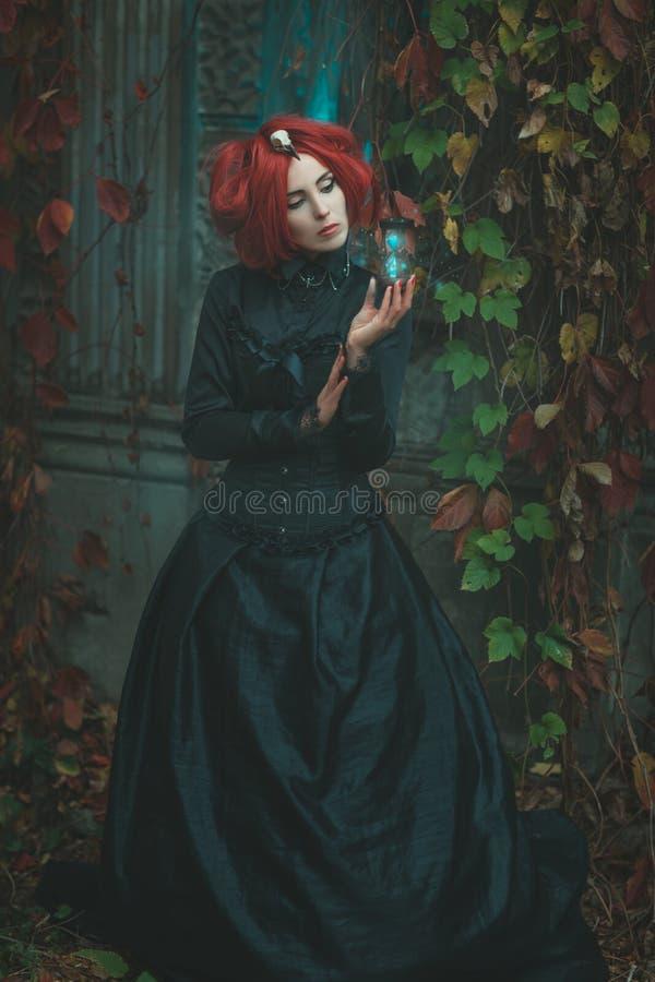 Фантастичная девушка держа часы в его руке стоковое изображение rf