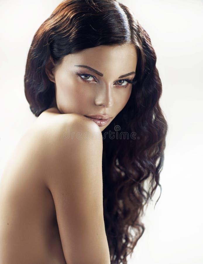 Фантастичная женщина брюнет с вьющиеся волосы стоковое фото rf