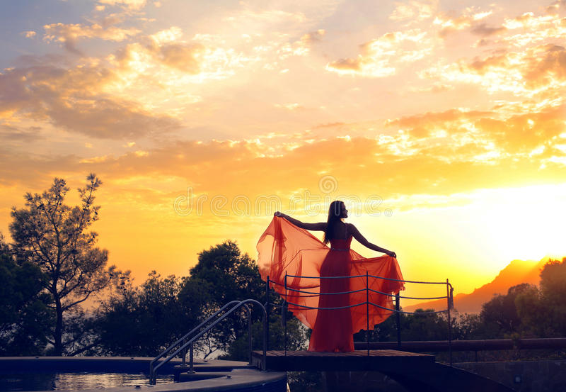 Фантастичное фото силуэта женщины на красивой предпосылке неба стоковые изображения rf