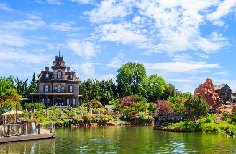 Фантомное поместье преследовало езду дома в Диснейленде Париже стоковые фотографии rf