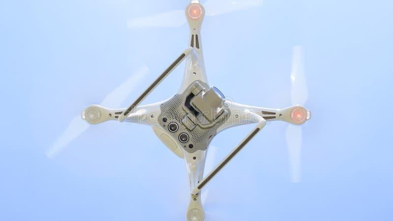 Фантом 4 трутня DJI в полете Quadrocopter против голубого неба с белыми облаками Полет вертолета в небе стоковые изображения rf
