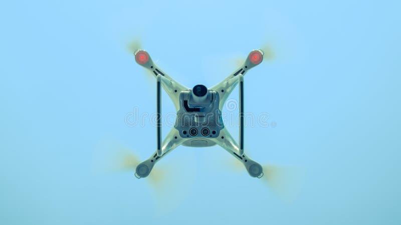 Фантом 4 трутня DJI в полете Quadrocopter против голубого неба стоковое фото rf
