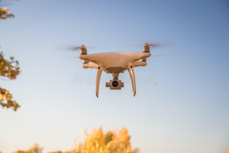 Фантом 4 трутня DJI показательного полета Pro стоковое фото rf