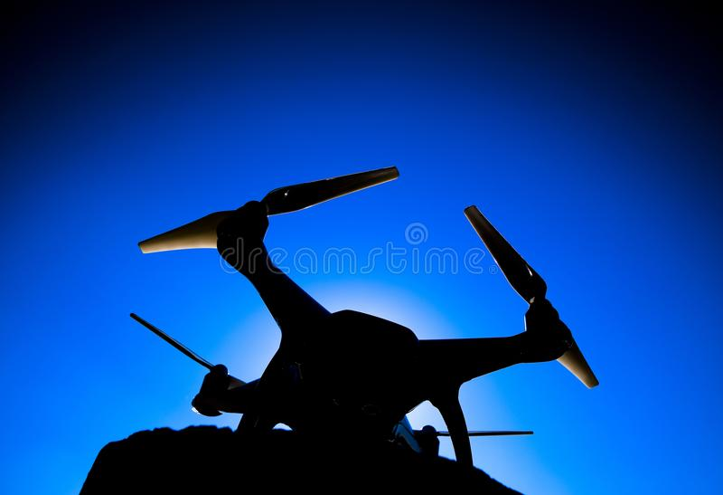 Фантом 4 Quadrocopter против голубого неба в солнце Backligh стоковая фотография rf