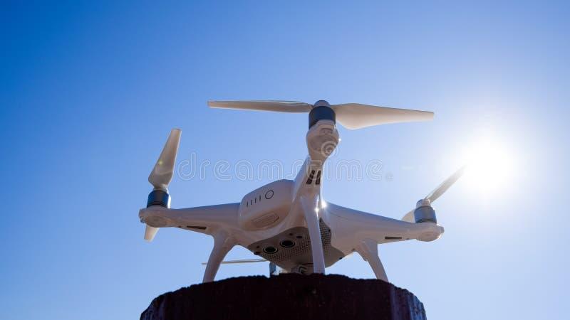 Фантом 4 Quadrocopter против голубого неба в солнце Backlight Dron новаторский робот летания стоковые изображения