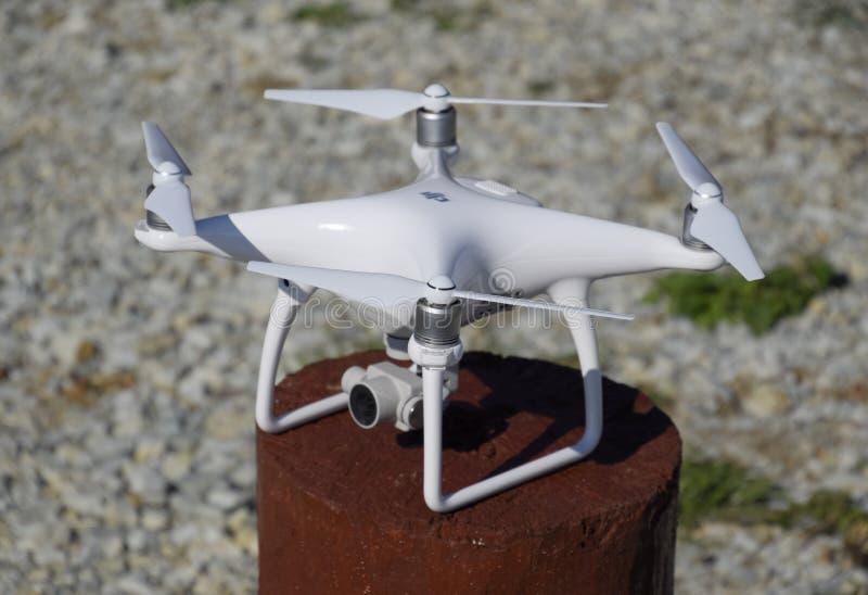 Фантом 4 Quadrocopter DJI на деревянной пеньке Подготавливать трутня для полета Dron новаторский робот летания стоковое фото