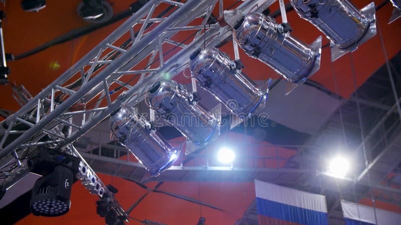фара Много фар которые освещают этап на концерте Поставьте фару с лучами лазера на конференции события стоковое фото rf