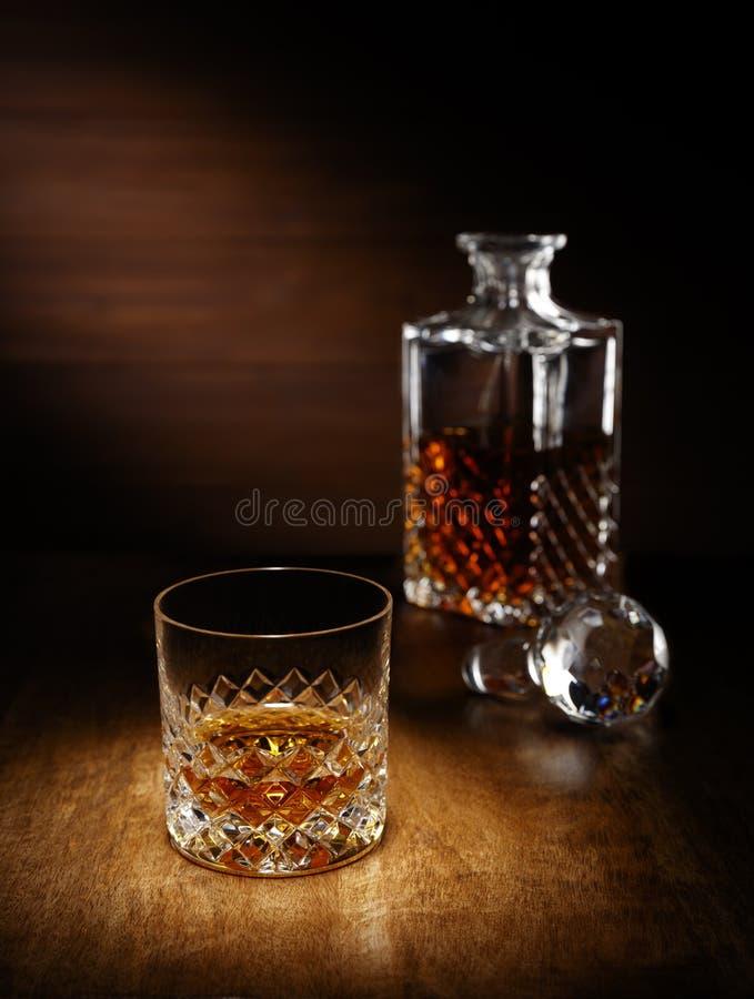 Фара на одиночном кристаллическом стекле шотландского вискиа с de стоковая фотография
