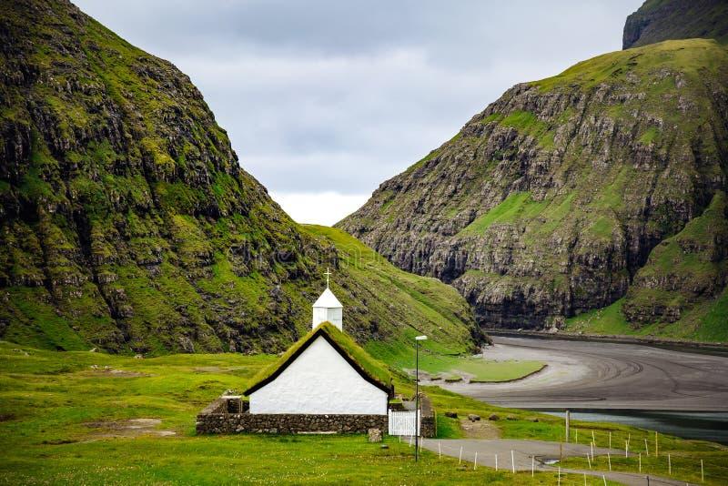 Фарерские острова, Европа Крыши и церковь травы в Saksun стоковое изображение
