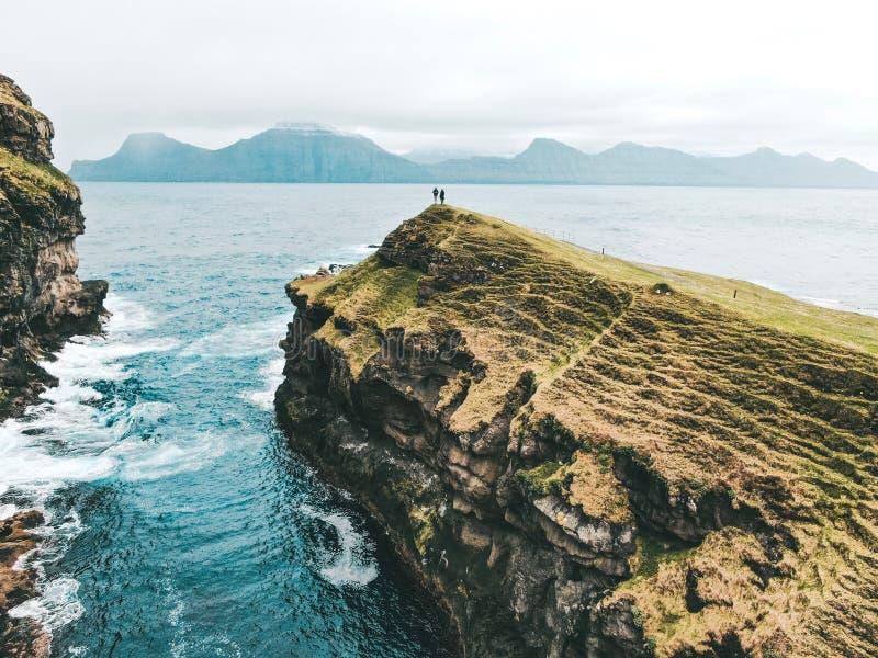 Фарерские острова - красивый горный вид от трутня стоковые изображения