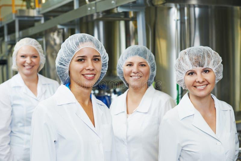 Фармацевтические заводской рабочий стоковое фото