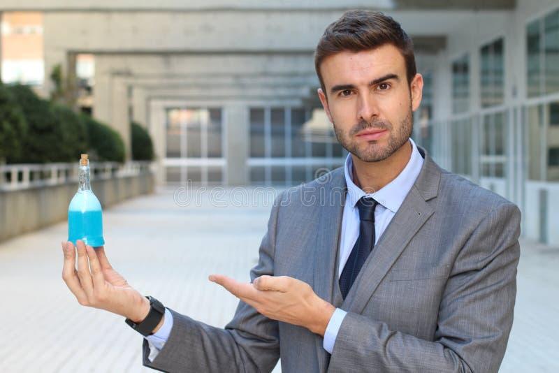 Фармацевтический работник показывая новую формулу стоковая фотография rf