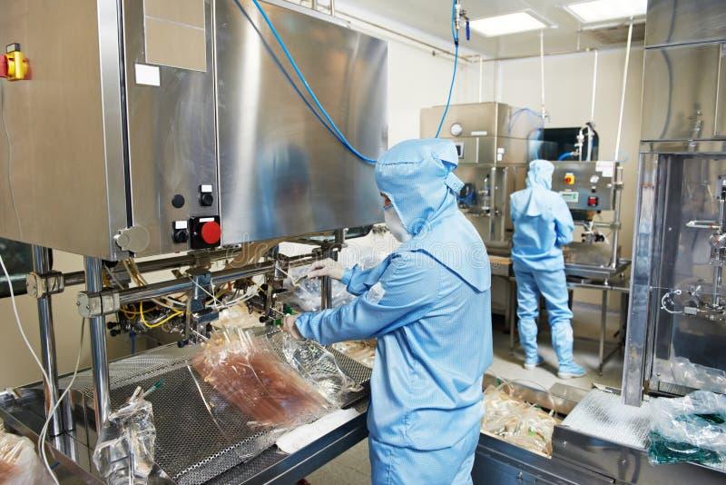 Фармацевтическое заводской рабочий стоковая фотография rf