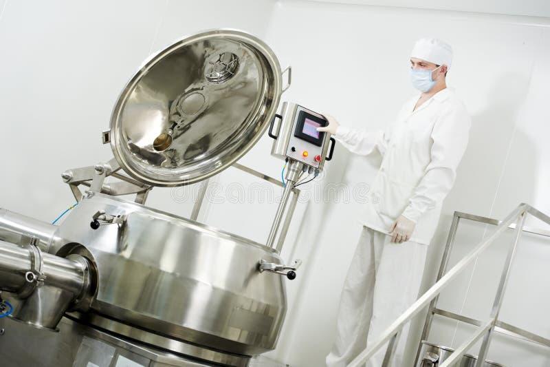 Фармацевтическое заводской рабочий стоковое фото rf