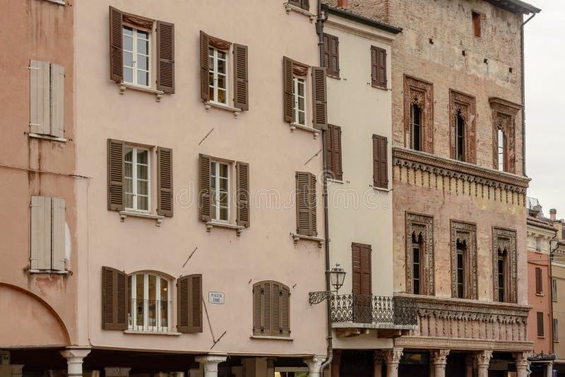 Фасады зданий ренессанса на квадрате Erbe, Mantua, Италии стоковые фото