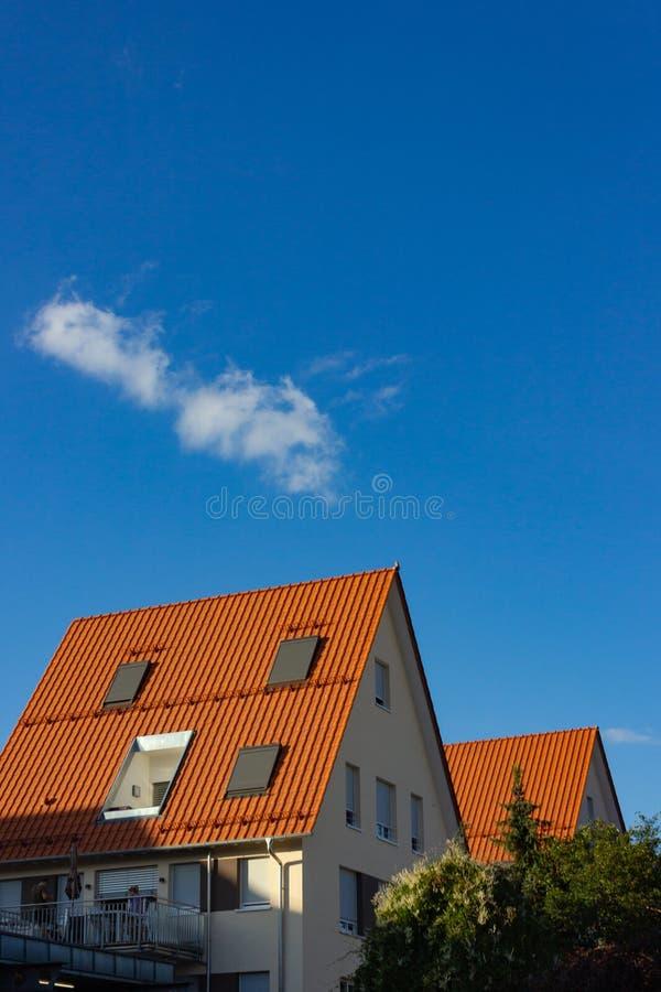 фасады и крыши города голубого неба стоковые фотографии rf