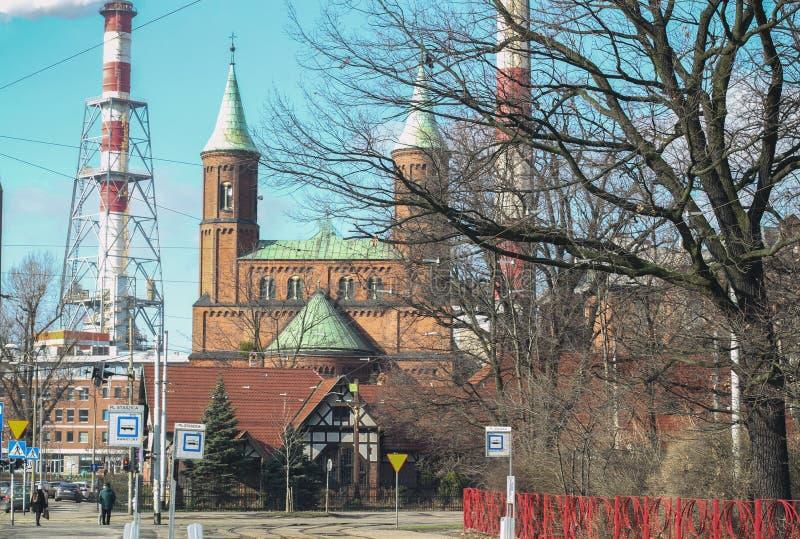 Фасад готического собора с steeples и украшенной двери в тумане утра гуарды Это дружелюбное и хорошо сдержанный средневековый стоковая фотография rf