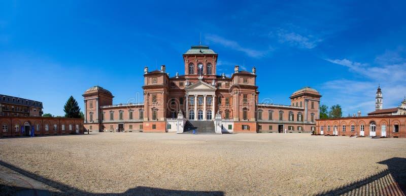 Фасад дворца Racconigi королевского - бывшей королевской резиденции дома савойя в Пьемонте, провинции Cuneo, Италии стоковое изображение