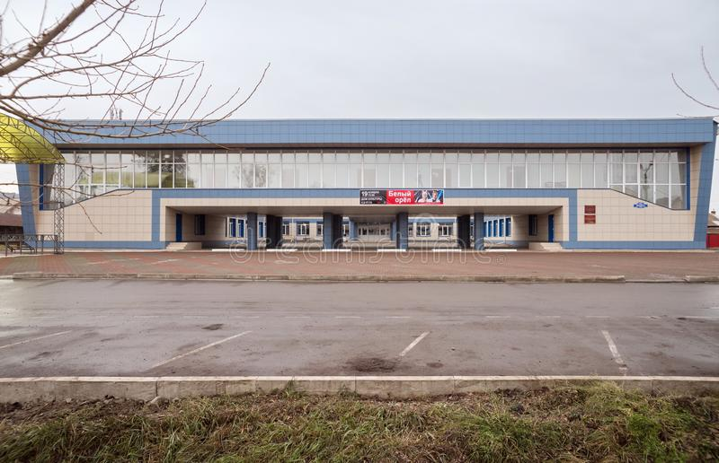 Фасад дома района Uzhursky культуры на пасмурный день осени с местом для парковки перед им стоковые изображения rf