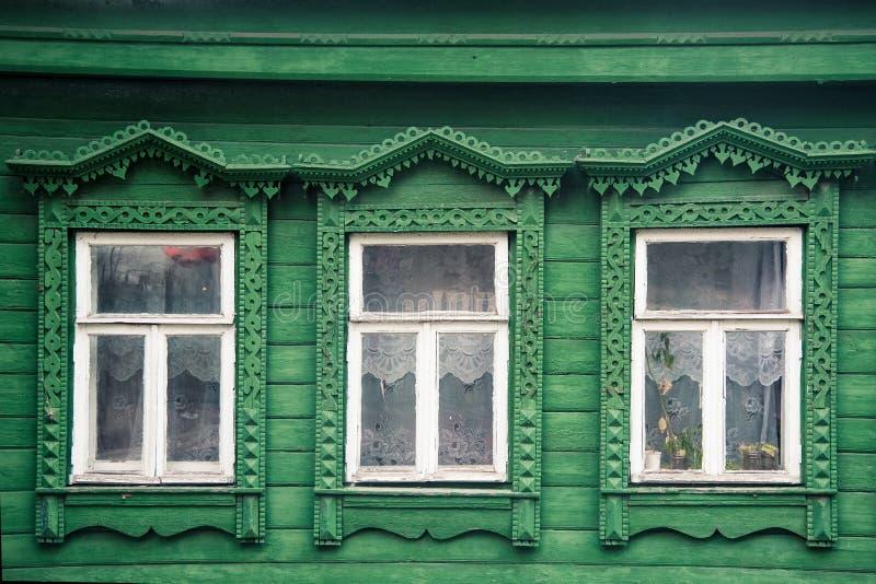 фасад дома старой русской деревни деревянного с высекаенным ornam стоковые фотографии rf