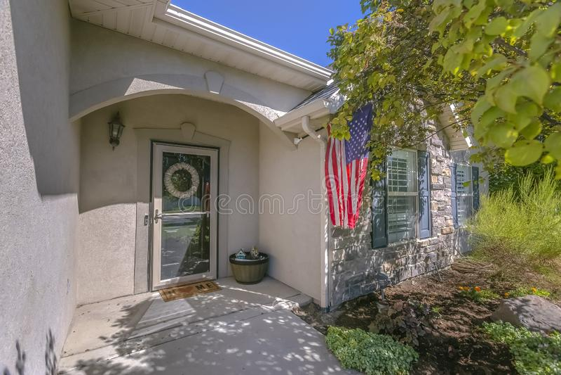Фасад дома с американским флагом на стене стоковые изображения