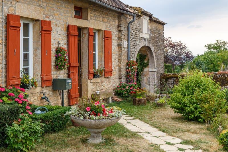 Фасад здания в историческом средневековом Chateauneuf-en-Auxois деревни, Франция стоковое фото rf