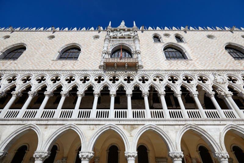 Фасад здания дворца дожа в Венеции, взгляде низкого угла в Италии стоковые фото