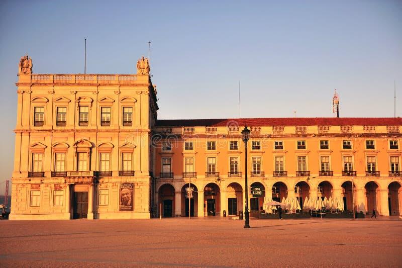 Фасад здания на Praca делает Comercio в Лиссабоне стоковые изображения