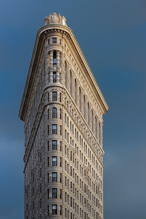 Фасад здания Flatiron осветил светом после полудня против бурного неба Район Flatiron, Манхаттан, Нью-Йорк стоковые изображения rf