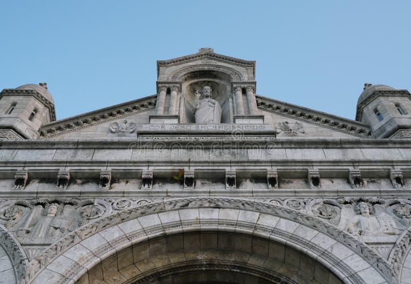 Фасад и статуя Иисуса Христа Sacre Coeur в Montmartre, Париже стоковое изображение