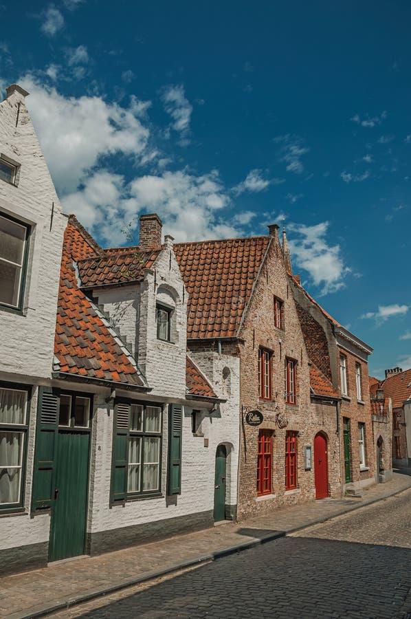 Фасад кирпича домов в улице Брюгге стоковое изображение