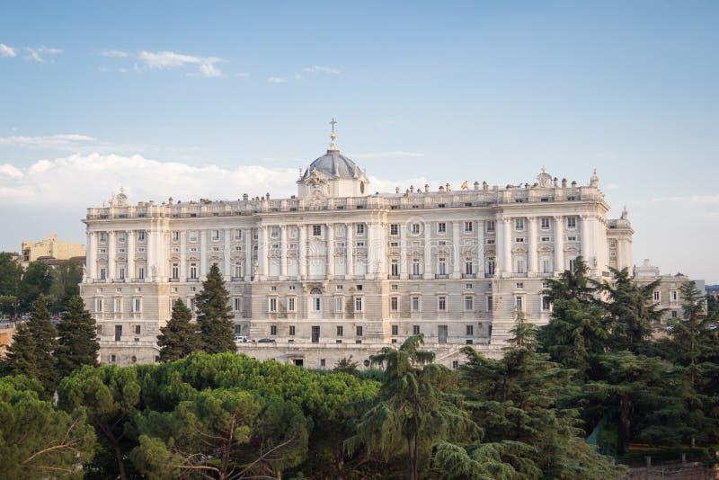 Фасад королевского дворца Мадрида и садов Sabatini стоковое фото rf