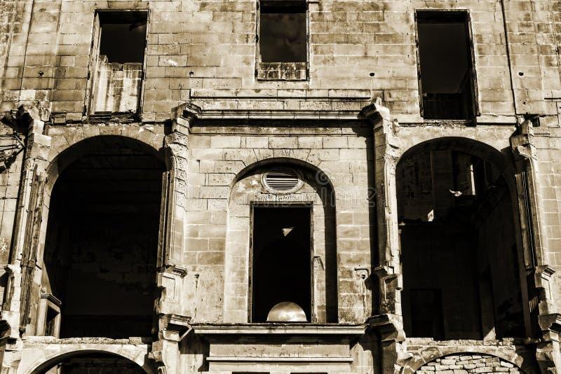 Фасад получившегося отказ дома стоковое фото rf