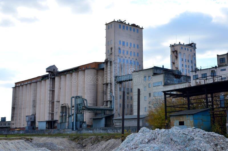 Фасад промышленного здания фабрики стоковое изображение