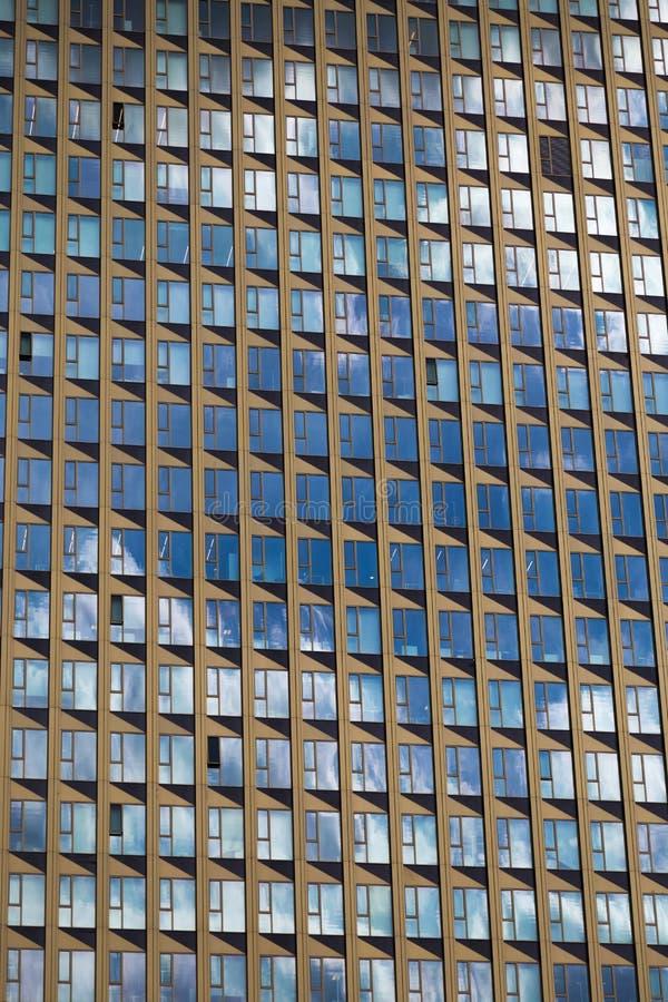 Фасад современного многоэтажного здания с множественными окнами стоковые фотографии rf