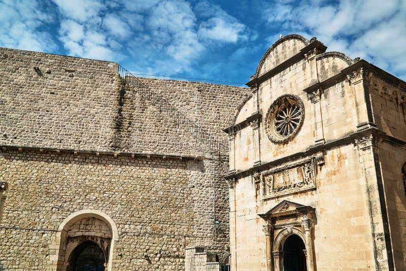 Фасад средневековой церков в городе Дубровника стоковые изображения