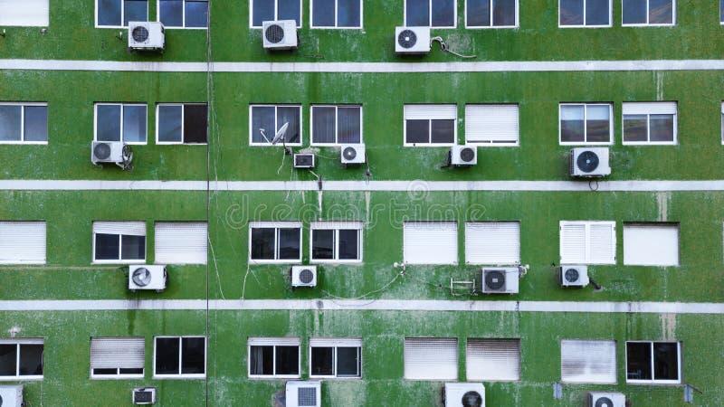 Фасад старого зеленого здания с коробками кондиционирования воздуха стоковые фотографии rf