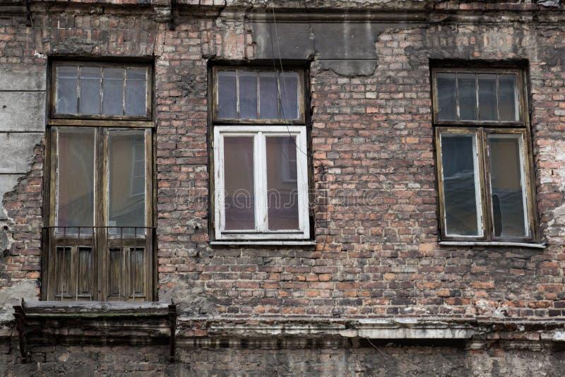 Фасад старого покинутого дома с окнами и дверью стоковые изображения rf