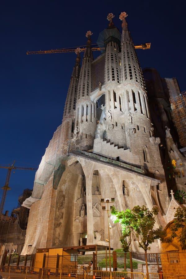 Фасад страсти Sagrada Familia вечером стоковые фотографии rf