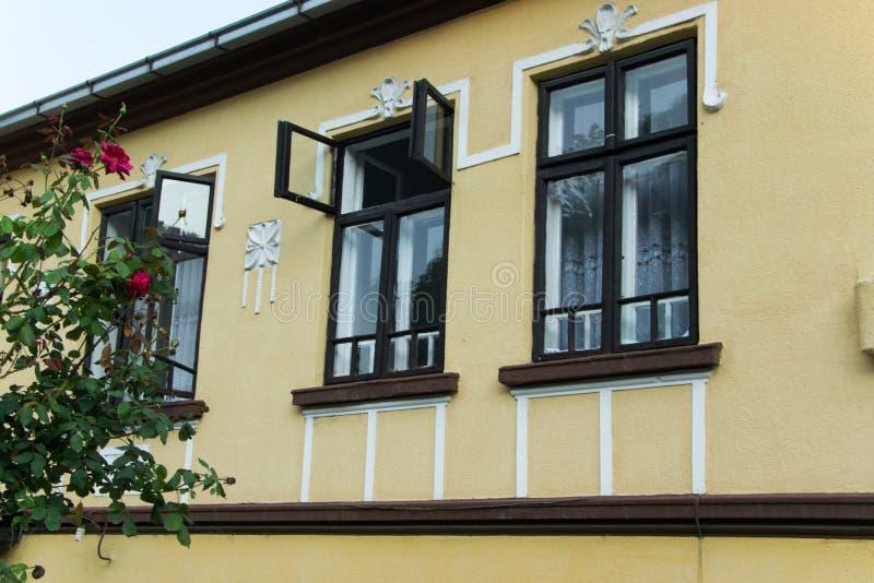 Фасад традиционного балканского дома стиля, архитектура стоковые фото