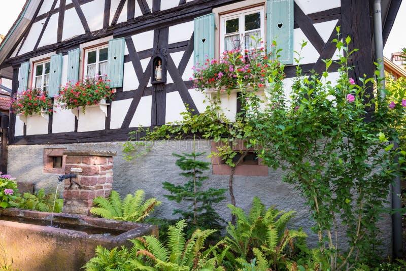 Фасад традиционного немецкого дома со старыми деревянными окнами и шторками или шторками стоковое изображение rf