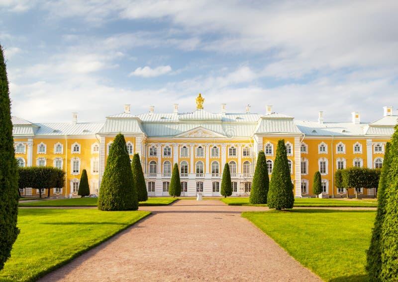 Фасад дворца Peterhof грандиозный стоковое изображение