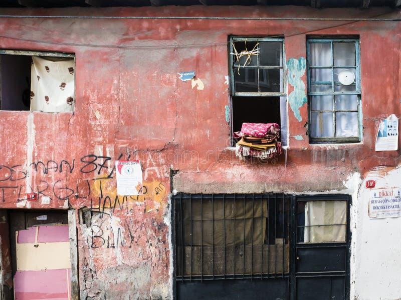 Фасад городского дома в старом районе Стамбула стоковые изображения rf
