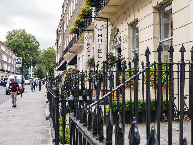 Фасад гостиницы Tawnhouse цветенй от улицы Montague, Лондона стоковые изображения rf