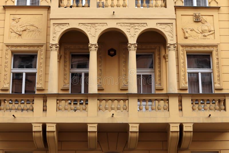 Фасад желтого здания стоковая фотография rf