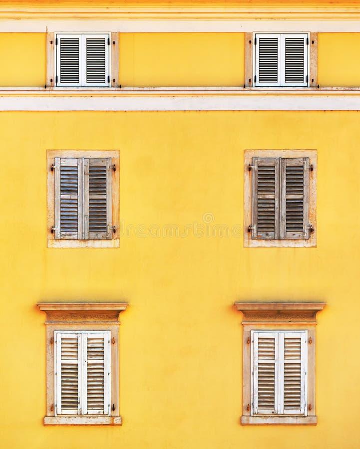 Фасад здания и старые окна с классическим деревянным bli штарок стоковые изображения