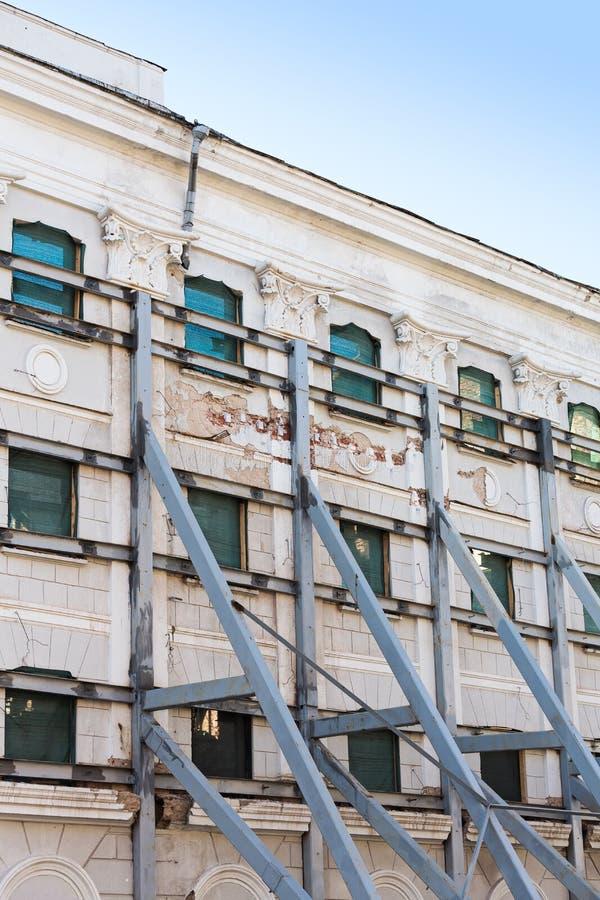 Фасад здания под реновацией стоковое изображение