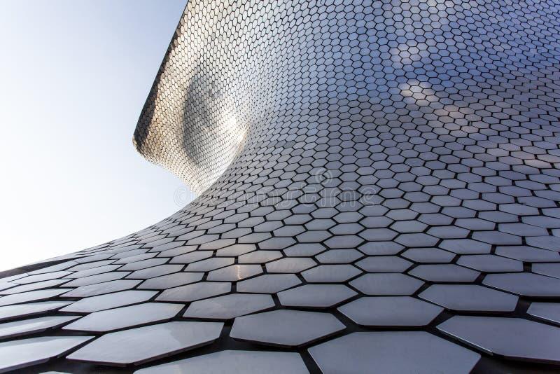 Фасад музея изобразительных искусств Museo Soumaya в Мехико - Мексике стоковые фото
