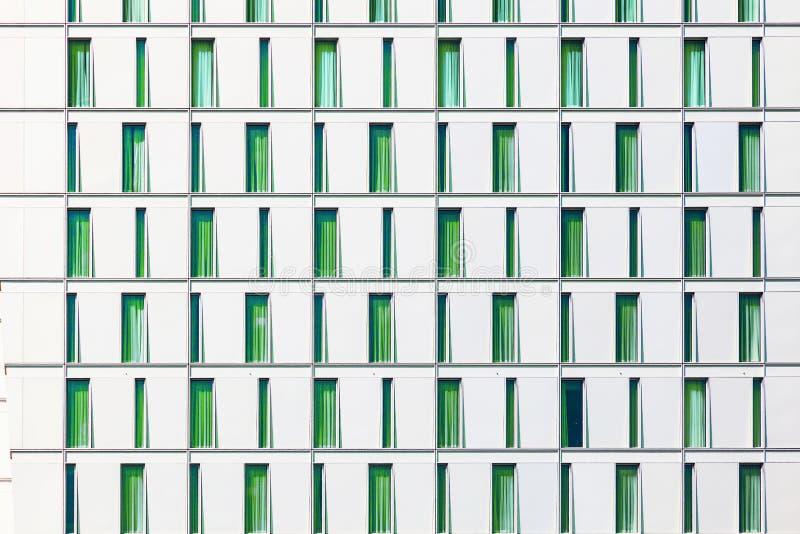 Фасад небоскреба при окна составленные в строках с отличается стоковое фото