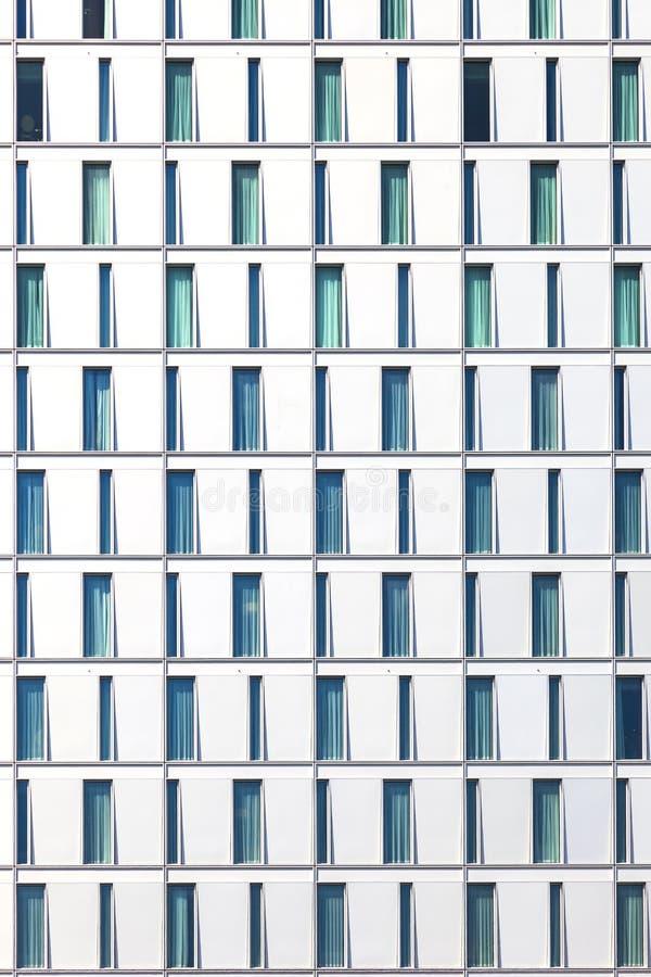 Фасад небоскреба при окна составленные в строках с отличается стоковые фотографии rf